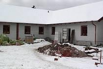 Přístavba propojila budovu školy se starým a nepoužívaným hospodářským objektem.