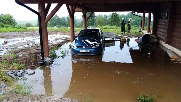 Frymburští hasiči pomáhali u domu, který ohorožovala voda řinoucí se z polí.