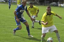 Úspěšnou premiéru ve velešínském dresu zažil exkrumlovský Petr Fišer (vlevo za kaplickým Tomášem Valíčkem), který se v prvním kole při derby proti béčku Spartaku dvěma góly podílel na hokejovém výsledku v poměru 8:1.