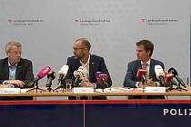 Zleva: Gottfried Mitterlehner, velitel hornorakouské kriminální policie, šéf hornorakouské policie Andreas Pilsl a tiskový mluvčí zemského státního zástupce Philip Christl.
