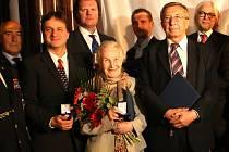 Zlatou šupinu z Českokrumlovska obdrželi Ruth Hálová z Holubova a Radek Kocanda z Hubenova (druhý zleva).