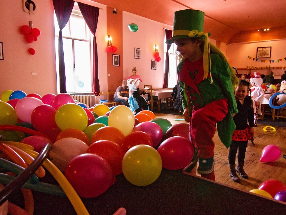 Desítky krásných masek zavítaly do sálu vyšebrodského hotelu Šumava. Maškarní pro děti tam připravilo město Vyšší Brod.