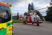 Záchranáři pomáhali zraněnému bruslaři a naložili ho do vrtulníku.