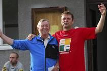 Fotbalisté Nové Vsi (vpravo Martin Wohlgemuth s trenérem Karlem Švarcem) ani po vysoké prohře v Katovicích neztratili náladu.