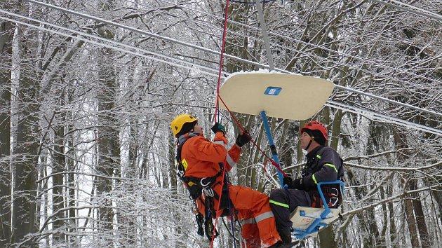 Hasiči trénovali záchranu osob, které by uvízly na nefunkční lanovce.