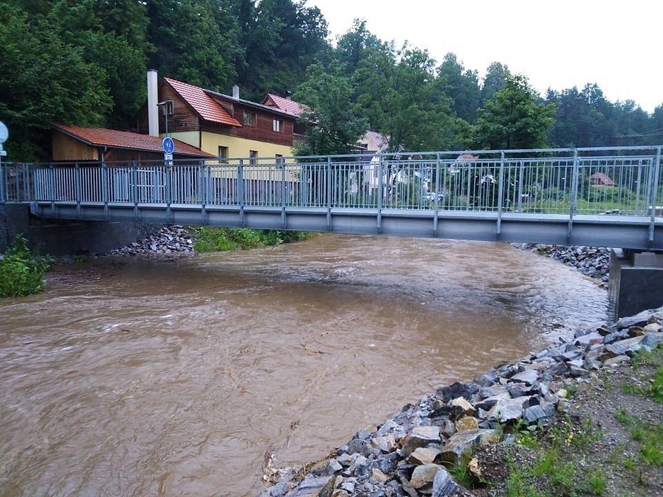 Řeka Polečnice v Českém Krumlově stoupá.