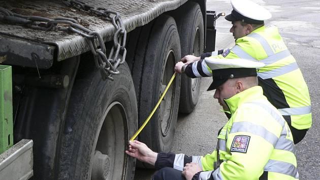 Dopravní policisté prověřovali váhu kamionů.