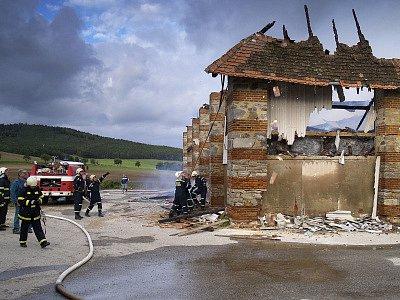 Plameny zachvátily Panskou stodolu v Křemži.