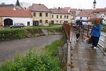 Hladina říčky Černé v Benešově zůstávala v sobotu dopoledne i přes vytrvalý déšť klidná.