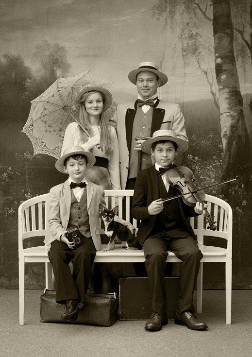Fotografování v dobových kostýmech v historickém ateliéru Josefa Seidela.
