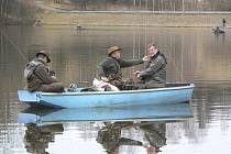 Na nádrži v Květoňově se v úterý sešlo jistě na šest desítek rybářů.
