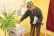Ve Věžovaté Pláni měli v pátek kvečeru volební účast kolem 35 procent. Odvolit na obecní úřad přišel také o hůlce druhý nejstarší občan Pláně 88letý Karel Čížek.
