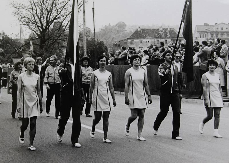 Spartakiádní průvod v červnu 1980.