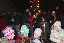 Na návsi v Dolním Třeboníně se sešlo několik desítek lidí.