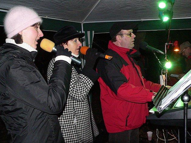 Zpívání u vánočního stromu je již v Dolním Třeboníně tradicí.