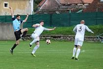 Fotbalisté Dolního Dvořiště (v bílém) zvítězili ve Zlaté Koruně 4:2.
