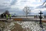 Oprava povrchu silnice na přeložce kolem Velešína začala.