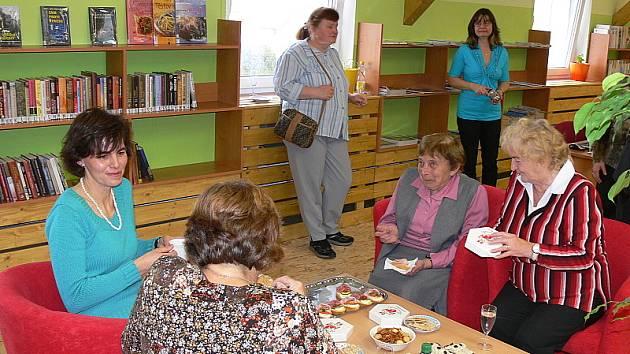 Křemže na včerejší otevření knihovny pozvala všechny své občany, na které čekalo i občerstvení.