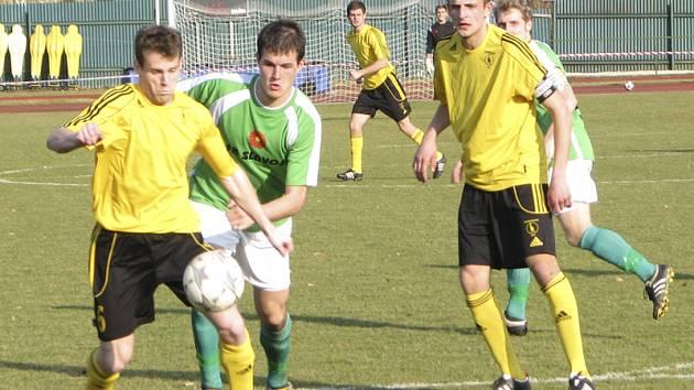 Mužem zápasu byl slovenský hráč Pavol Orolín (vlevo u míče před krumlovským stoperem Martinem Svobodou), který vstřelil obě branky hostujících klokanů a ještě stačil podporovat defenzívu Pražanů.