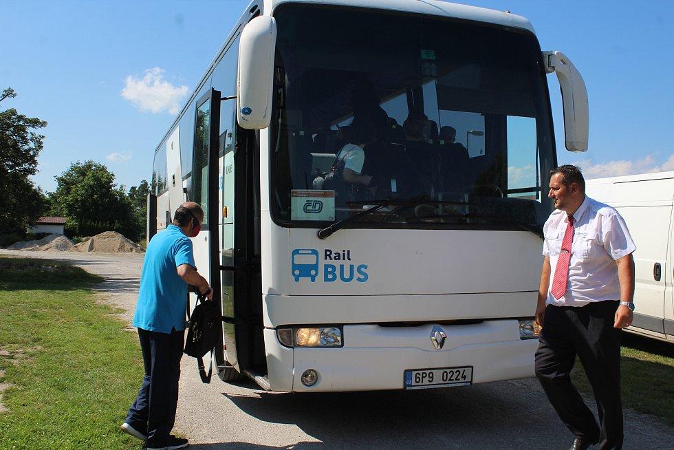 Pravděpodobně přehlédnutí výstražného světelného znamení bylo důvodem nehody osobního automobilu a osobního vlaku na železničním přejezdu v Holubově.