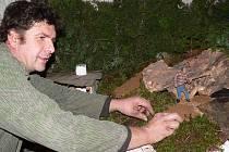 Připravit veliký betlém zasazený do krajiny, která je každoročně jiná, je obrovská dřina. Pavel Rouha říká, že strašná práce je doplňování detailů, na což má jen tři dny.