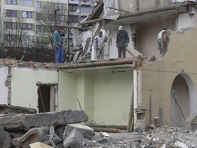 Do finiše spěje demolice obecního obytného domu ve Větřní, který zničil nedávný výbuch unikajícího plynu. Vedení obce s likvidací domu chvátá, aby na jeho místě mohla vzápětí postavit dům nový. Projekt už připravuje.