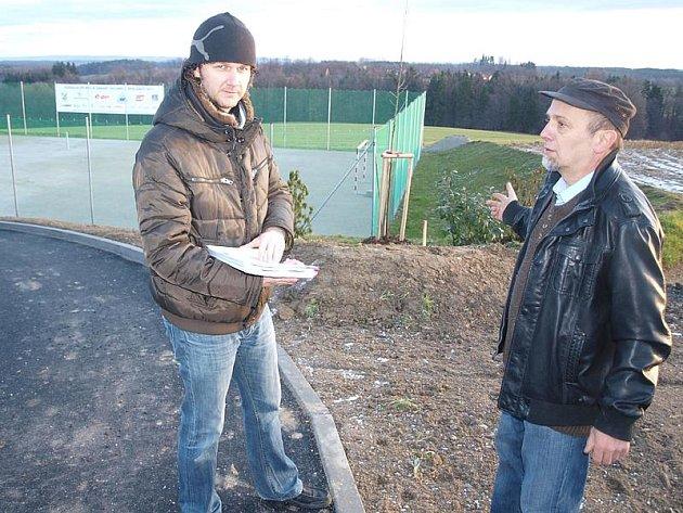 Kromě toho, že Chlumečtí vloni zvládli postavit nové hřiště, pustili se koncem roku oproti plánu také do budování příjezdové silnice. Na snímku starosta Petr Bürger (vpravo) a místostarosta Jan Mojžíš.