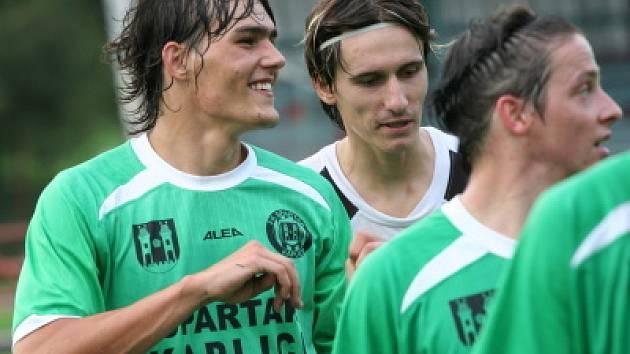 Opora FC Vltava David Janků (vlevo) zamířila přes sezonou do vyšší soutěže a bude hrát za Kaplici.