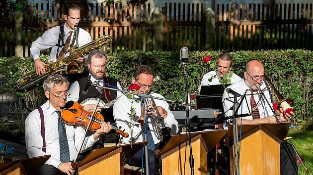 Koncert Jazzbandu Schwarzenberské gardy na prvním zámeckém nádvoří.
