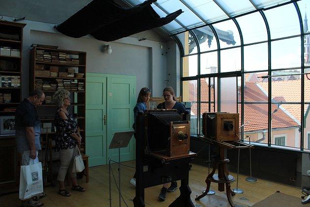 Museum Fotoateliér Seidel slaví deset let od svého otevření. Na Dni otevřených dveří si kromě prohlídky muzea a zahrady hosté zkusili itechniku zvanou kyanotypie.