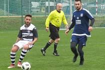 I.B třída (skupina A) – 17. kolo: FK Dolní Dvořiště (modré dresy) – FK Spartak Kaplice 1:3 (0:1).