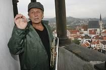 Jazzman Laco Deczi na věži českokrumlovského zámku.