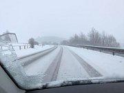 Hlavní tah, silnici I/39, silničáři protahují a solí, ale kvůli sněžení na ní leží vrstva sněhu. S  opatrností je sjízdná.