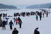 Tisíce lidí dorazily o víkendu zabruslit si na Lipno.