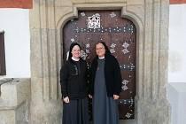 U kájovského kostela. Sestra Karmela stojí vpravo.