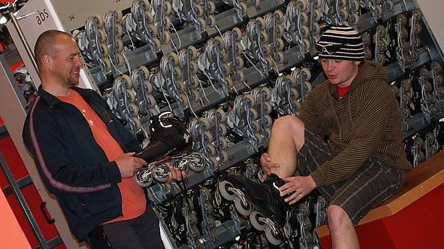 Pro in–line brusle si v neděli do lipenské půjčovny sportovního vybavení přišel i Jan Kučera (vpravo).