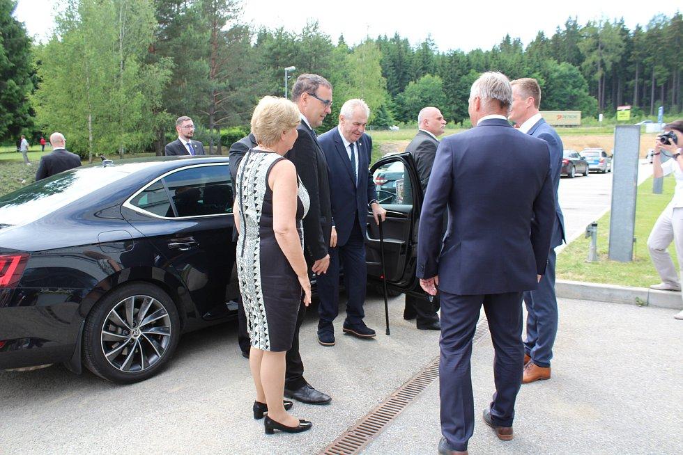 Prezident Miloš Zeman v pondělí odpoledne navštívil kaplickou strojírenskou společnost Engel.