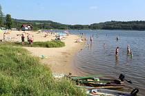 Pláž v Horní Plané 31. srpna 2019. Na Lipensku odpoledne vystoupaly k 28 stupňům Celsia.