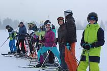 Sedmáci z hornoplánské základní školy mají týdenní lyžařský kurz ve Skiparku Frymburk.