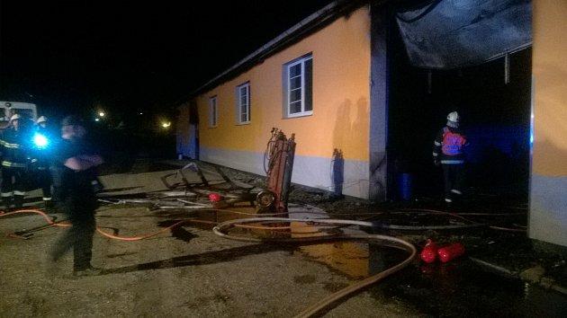 Hasiči likvidovali požár v autodílně ve Stříteži.