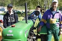 """Traktor je pomocníkem rodiny Bieblových z Vyššího Brodu v zimě v létě. """"Pokud se o něj bude synek starat stejně jako já, bude traktor sloužit i jemu,"""" řekl Helmut Biebl (vpravo). Na traktoru sedí pětiletý Jakub, vlevo je soused Bieblových Pavel Janošťák."""