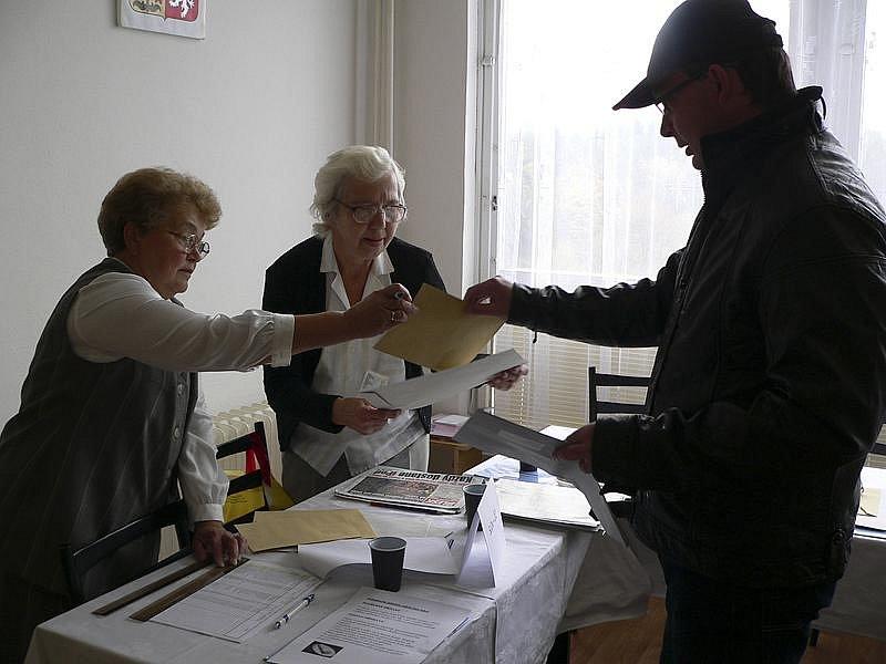 Ve volební místnosti bývalého učiliště ve Větřní.