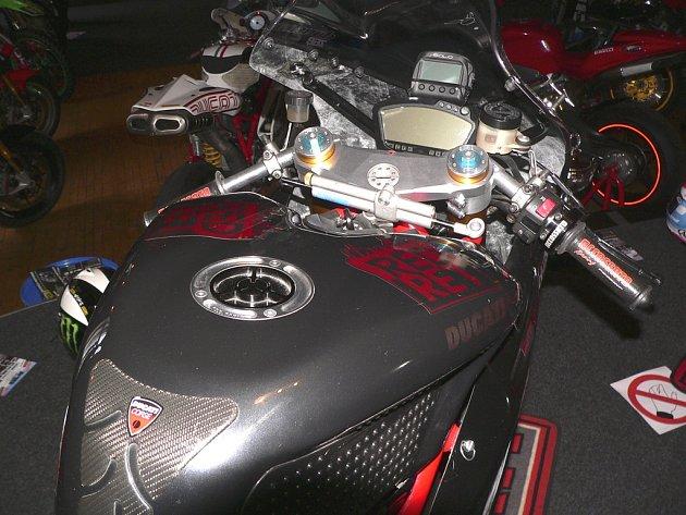Výstava závodních motocyklů ve Vyšším Brodě.