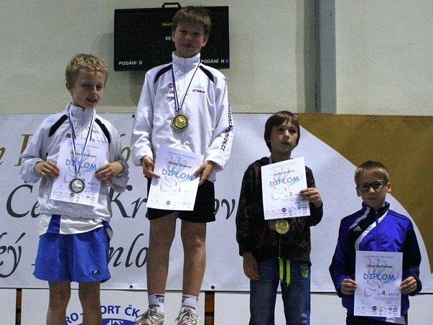V nejlepší čtyřce celkového pořadí seriálu v kategorii chlapců z ročníku narození 2003 byli: druhý Adam Marťán, první Adam Tancer (oba SKB ČK), třetí Ondřej Kalina z Dobrušky a čtvrtý Alan Buchtele z Vodňan (na snímku zleva).
