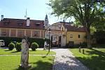 Českokrumlovské kláštery naplno otevřely. Korunou expozic  je výstava Svět fantazie s ilustracemi českokrumlovského výtvarníka Jindry Čapka.