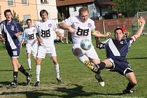 Kapličtí vyválčili v Chýnově cenné tři body, i když po tomto souboji kapitánů mezi domácím Martinem Petrem a kaplickým Milanem Románkem (zprava) gólově neuhodilo.