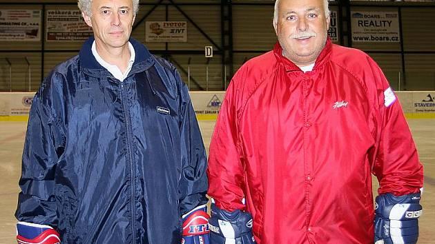 Pod vedením trenérské dvojice Jan Rosický a Jiří Kučera (zleva) dokráčeli hokejisté českokrumlovského Slavoje v sezoně 2009/2010 krajské ligy ke konečnému bronzu.