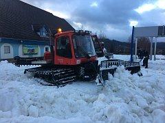 Rolbaři se na Lipně pustili do rozhrnování hromad sněhu po sjezdovkách.