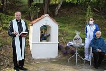 Slavnostní vysvěcení nové kapličky v zahradě Domova pro seniory v Kaplici.