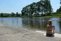 Kvůli nestabilnímu počasí jsou letos venkovní koupaliště  (snímek je z Kaplice) prázdnější, než například vloni. I tak je ale letošní červenec teplotně nadprůměrný. F